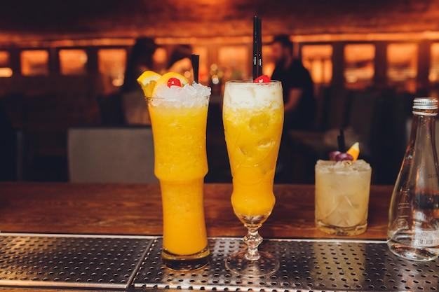 Свежий коктейль с апельсином и льдом. алкогольные, безалкогольные напитки-напитки у стойки бара в ночном клубе.