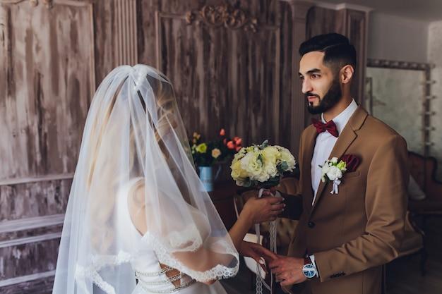 Жених и невеста в день своей свадьбы. участие молодоженов. девушка в свадебном платье.