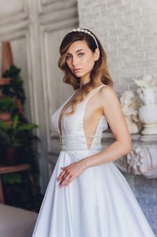 Красивая невеста женщина в свадебное платье и вуаль. мода портрет молодой великолепной невесты. свадебное платье.