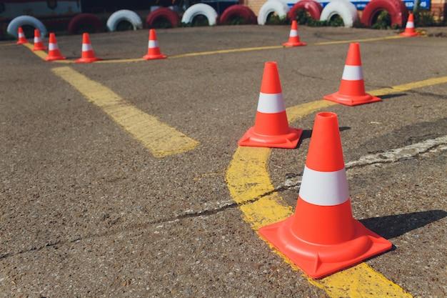 バリア。通路は閉鎖されています。私道が閉鎖されました。入場は禁止されています。保護および制限区域、制限。アスファルト舗装の上に横たわる赤と白のストライプコンクリート道路障壁。
