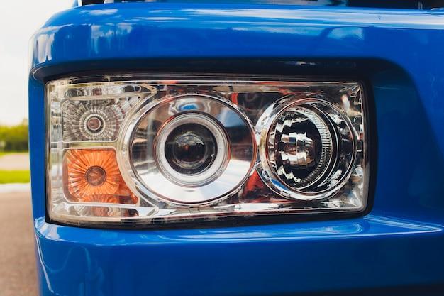 スポットライトとトラクターの車輪のクローズアップ写真。