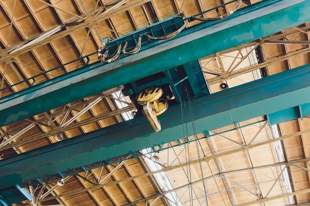 Крановая цепь и крюк размыты склад с дистанционным управлением. концепция производства стального завода.