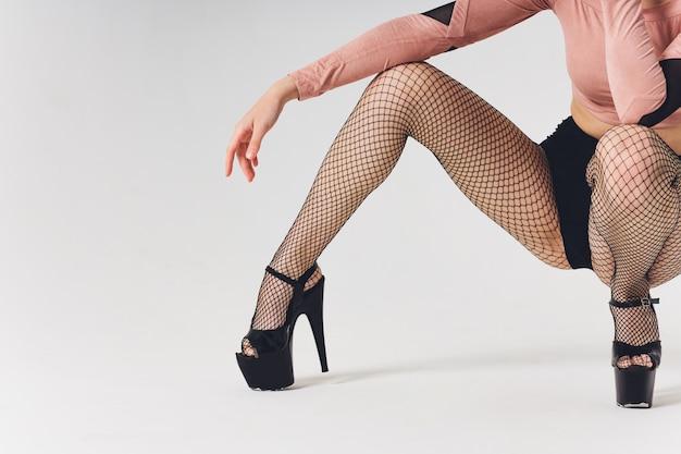 背景にエレガントな女性の足のクローズアップ。