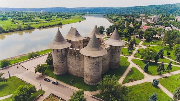 Аэрофотоснимок средневекового форта в сороке, республика молдова.