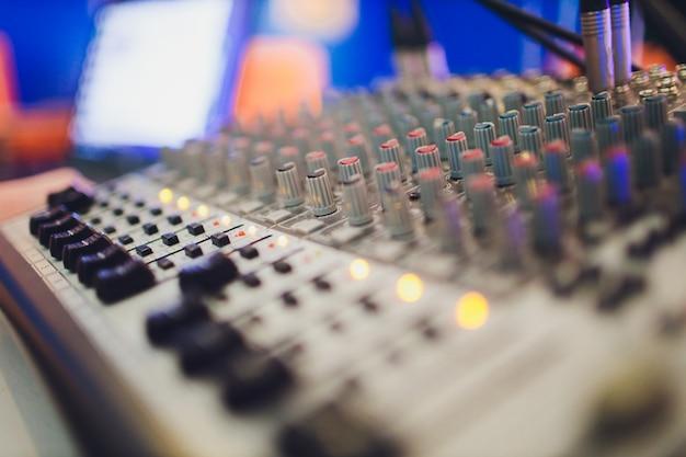 Микшерный пульт для звукорежиссера. музыка. звук. звуковой контроллер. режиссерский пульт.