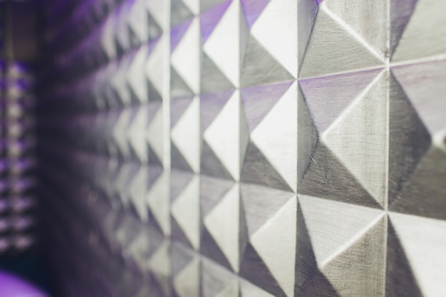 Бетонная стена текстура штукатурка цемента белый и серый геометрические бесшовные треугольник пирамиды фон с тенью и светом.