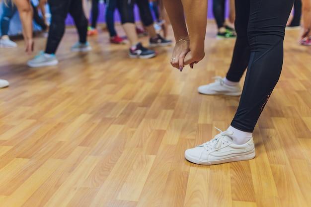 フィットネス、スポーツ、トレーニング、ジム、ライフスタイルコンセプト-ジムでワークアウトの女性のグループ。