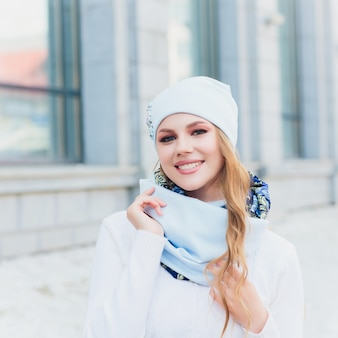 Портрет молодой женщины открытый с шляпой