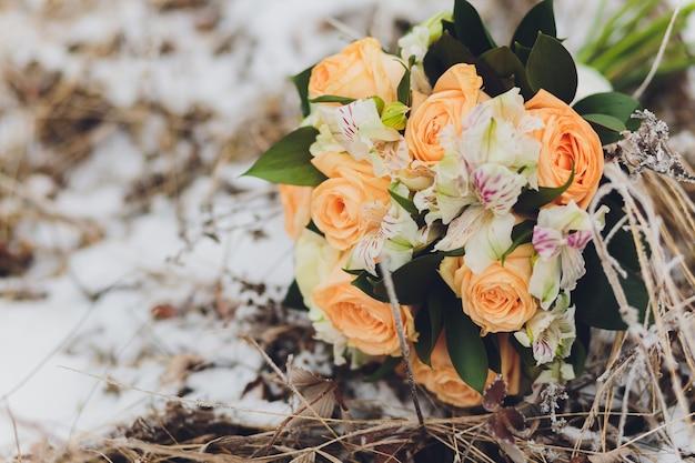 美しい結婚式の花嫁のブーケ。ビンテージトーンの画像。