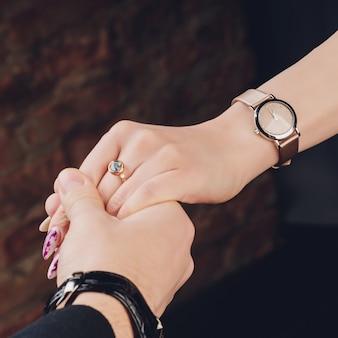 結婚指輪を持つ男女の写真。