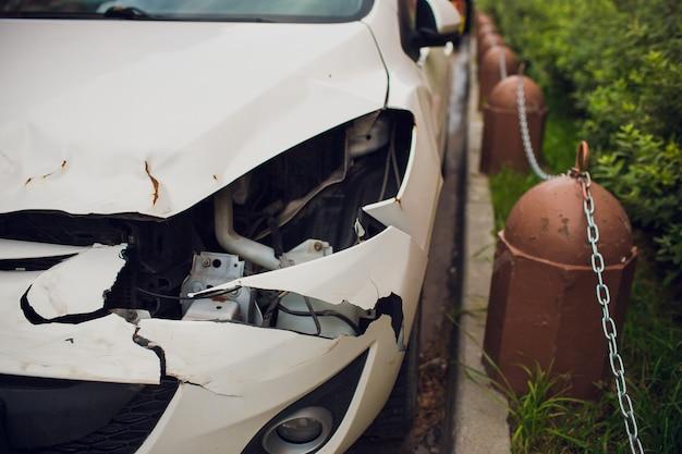 Сломанная фара крупным планом. автомобиль после аварии.