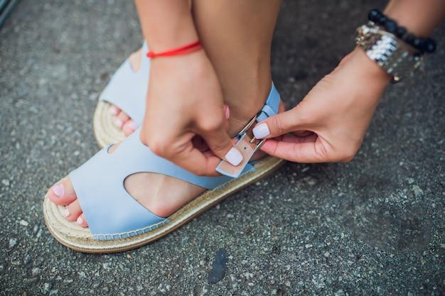かかとの高い靴を履いているスリムな脚の女性のクローズアップ