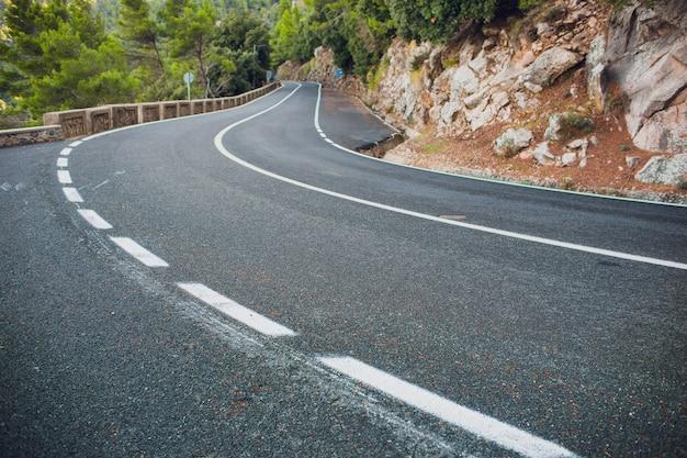 ヨーロッパのアルプスの山の田舎道。