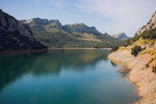 Идиллический летний пейзаж с чистым горным озером в альпах.