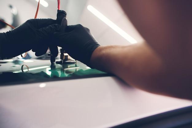 修理ツールを使用してフロントガラスの亀裂を修正