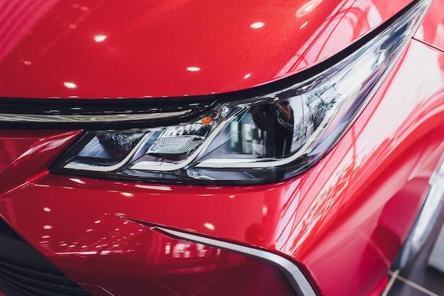 Красивые детали новой машины. автомобильные фары, фары, подсветка кузова, современный и спортивный вид.