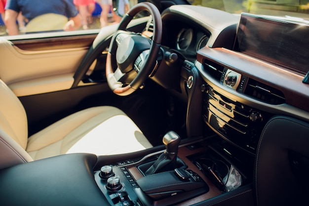 Интерьер автомобиля вид со стороны водителя. современный дизайн интерьера автомобиля