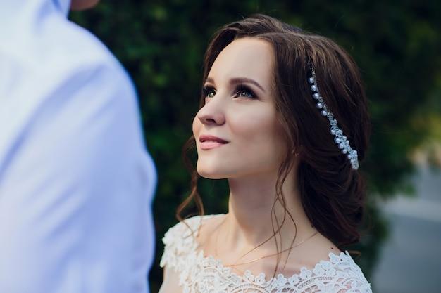 Очаровательная невеста смотрит на жениха с любовью.