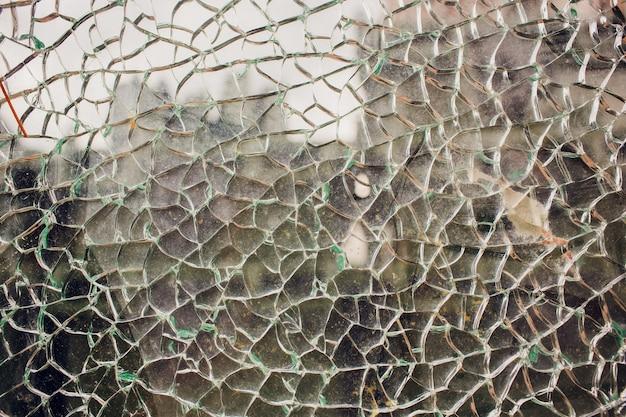 夕暮れ時に通りで割れたガラス