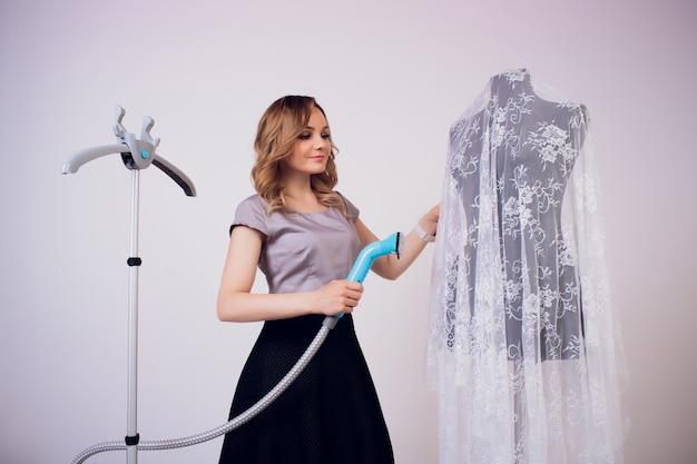 Женское дымящееся платье в комнате