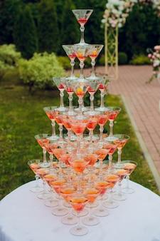 Бокалы для шампанского с игристым вином в пирамиде.