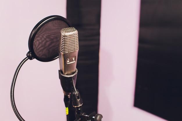 プロのコンデンサースタジオマイク、音楽のコンセプト。録音。