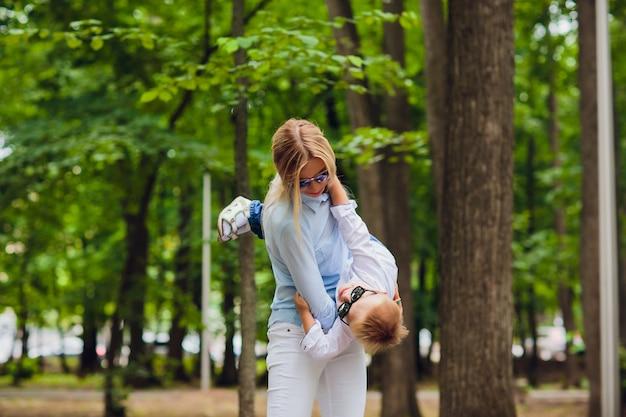 Молодая мать с ее маленьким мальчиком на открытом воздухе