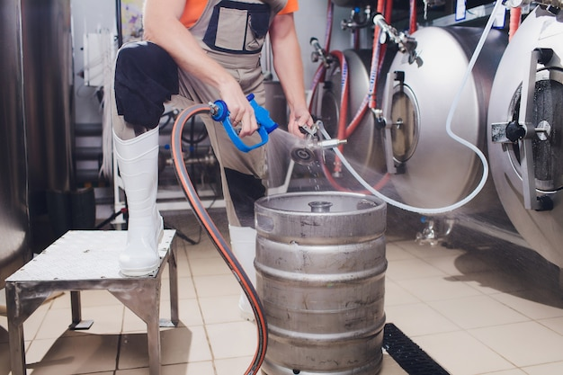 醸造所のクラフトビール醸造設備金属タンク、アルコール飲料の生産。