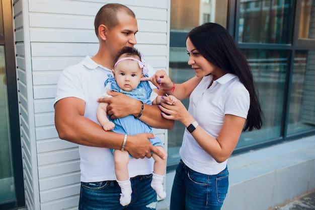 夫婦、男性は子供を抱いており、女性は掃除をしています。耳。ヘルプの指で子供。クリーニング。衛生