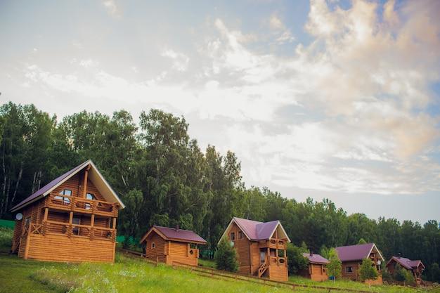 森林環境にある現代の丸太小屋
