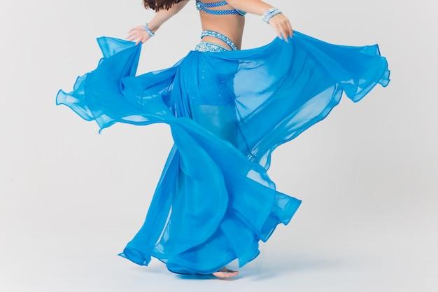 青のベリーダンサーの女の子の肖像画。