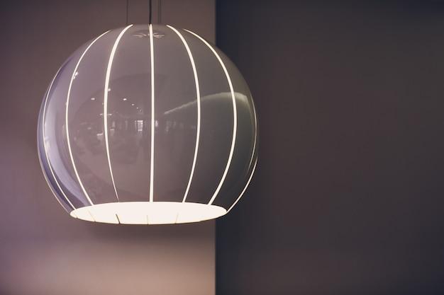Большие лампы с металлическим хромированным абажуром как часть интерьера.