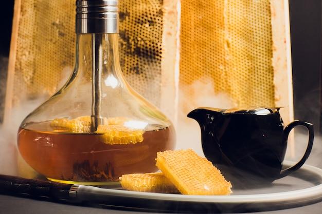 Кальян на медовой основе, сладкий вкус кальяна, рядом с сотами