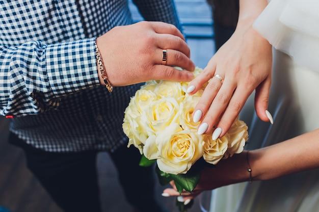 Красивый свадебный букет в руках невесты.