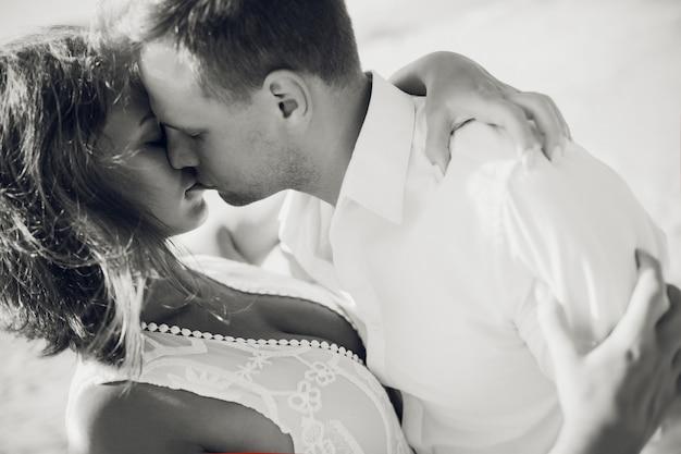パラダイスで幸せな新婚旅行の休暇。カップルはビーチの白い砂浜でリラックスします。幸せな海のライフスタイル。若い家族、男と女は海のビーチで休みます。愛のカップルは島に旅行します。愛の旅