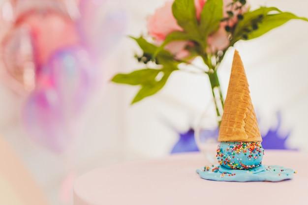 木製のテーブルと異なるアイスクリームの種類