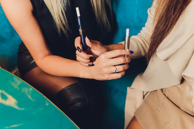 火を使わないたばこ製品の技術。喫煙前の電子タバコ。