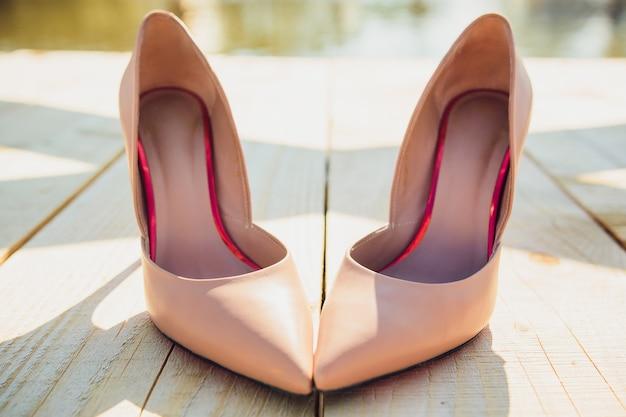 Невеста надевает свадебные туфли