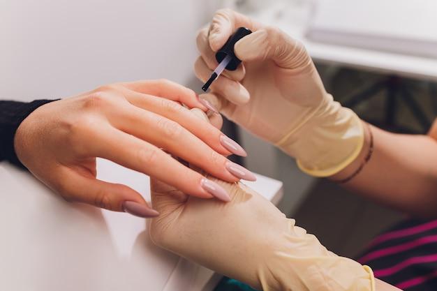 ネイルカラーのマニキュアをスタイリングします。着色されたマニキュア、化粧品の着色されたラッカー塗装爪。