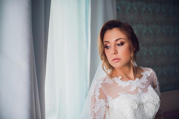Молодая красивая женщина в свадебном платье
