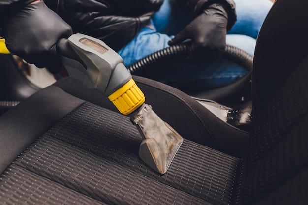 Химическая очистка текстильных сидений салона автомобиля профессионально методом экстракции. ранняя весенняя уборка или регулярная уборка.