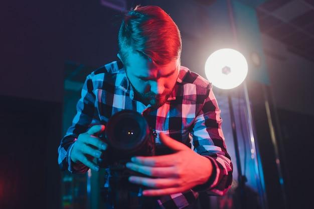 ジンバルビデオ一眼レフ、肖像画を持つ男性のビデオ撮影。