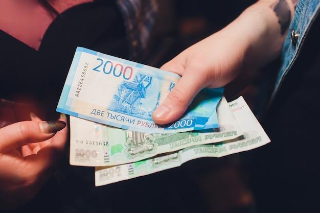 Мужские руки считают русские деньги крупным планом.