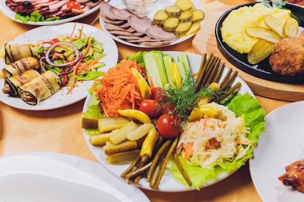 食品テーブルお祝いおいしい食事コンセプト。たくさんの食べ物。結婚式、記念日、その他の休日に役立ちます。レストランでの宴会料理。