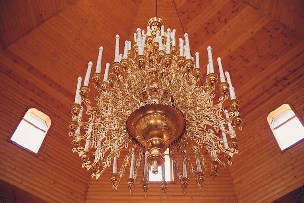 大聖堂のキリスト教教会の大きなブロンズシャンデリア