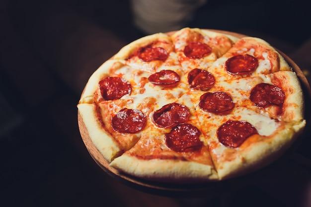 暗闇の中でトップビューおいしいイタリアンピザ