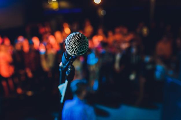 Закройте вверх микрофона в концертном зале или конференц-зале.