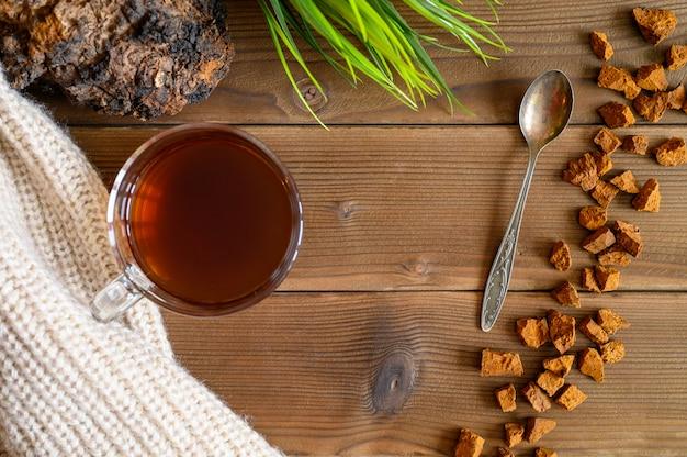 民間療法でお茶やコーヒーを癒すために使用する白樺の木からチャーガ茶キノコ