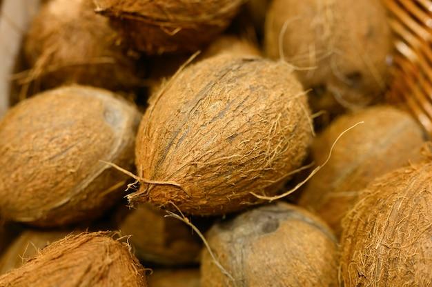 Куча фруктов кокосовое в качестве фона
