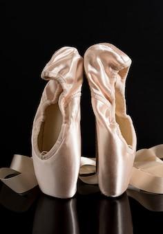 Новые розовые балетки на черном фоне